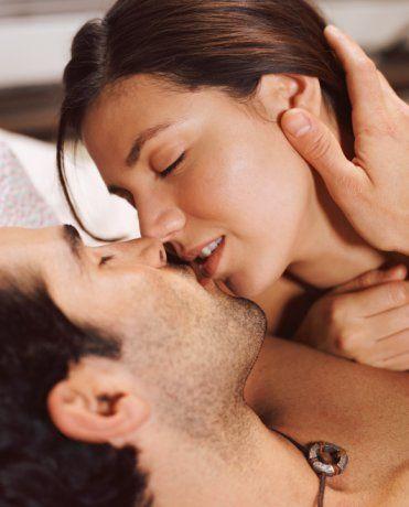 Üçgenler fazlaysa: Bazen biraz daha karmaşık olmalısınız. Bravo! Yatakta hem mutlu olmayı, hem de mutlu etmeyi bilen bir partnersiniz. Çünkü birlikte olduğunuz erkeğin sizi sevişirken kendisiyle eşit görüp görmediği gibi hayati soruları bir tarafa bırakıp, yaşadığınız deneyimin hakkını vermeye bakıyorsunuz. Cinsellikte en büyük avantajınız, dişiliğinizin ve bir kadın olarak değerinizin farkında oluşunuz. Bu konuda içiniz o kadar rahat ki, örneğin bir erkeğin kadın davranışlarıyla ilgili bir şakası sizi güldürebiliyor, kesinlikle savunmaya geçmiyorsunuz. Çünkü insanları, gerektiğinde cinsiyetlerinden bağımsız, olarak değerlendirme yeteneğine sahipsiniz. Aynı şekilde yatakta da hiçbir zaman kendinize; 'iyi miyim, kötü müyüm, partnerim bana doğru şekilde davranıyor mu, davranmıyor mu?' gibi sorular sormuyorsunuz. Yani her şeyi mümkün olduğunca basitleştirmekten yanasınız. Bu da sizi erkeklerin gözünde son derece çekici hale getiriyor; ne de olsa onlar da her şeyi basitleştirmeyi tercih ediyorlar! Fakat şöyle bir hassas denge var ki, onlar aynı zamanda kadının karmaşık ve anlaşılmaz bir varlık olmasına alışıklar. Ara sıra bulmaca çözmezlerse kendilerini biraz tuhaf hissediyorlar. Dolayısıyla, yatakta bazen farklı rollere bürünmekten, hatta küçük hırçınlıklarla partnerinizin zihnini 'gıdıklamaktan' kaçınmayın. Seviştiğiniz, erkek için her seferinde işleri kolaylaştırmak durumunda değilsiniz. Hoşlanmadığınız şeyleri söyleyin, takdirlerinizin yanında taleplerinizi de dile getirin. Bunun anlamı 'zorla arıza çıkarmak' değil, repertuarı genişletmektir. Özellikle uzun süreli bir ilişkiniz varsa, sizin yatakta bu kadar rahat ve 'abartısız' olmanız, partnerinizi hiçbir şekilde zorlamamanız, bir süre sonra cinsel hayatınızın aynı yerde dönüp durmasına ve hiçbir ilerleme kaydedememesine yol açabilir. Nasıl ki insanın kendini geliştirmesinin yolu zorlanmaktan geçiyorsa, seksteki gelişimin yolu da aynı şekilde zorlanmaktan geçer.